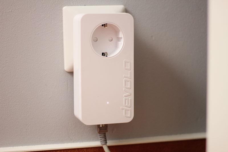 Über den devolo Powerline Adapter gelangt das LAN-Signal ins Stromnetz