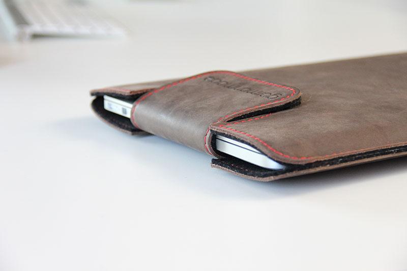 Die Lasche hält das MacBook sicher in der Tasche
