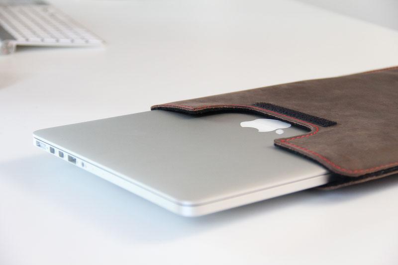 Das MacBook passt perfekt in die Tasche von germanmade.