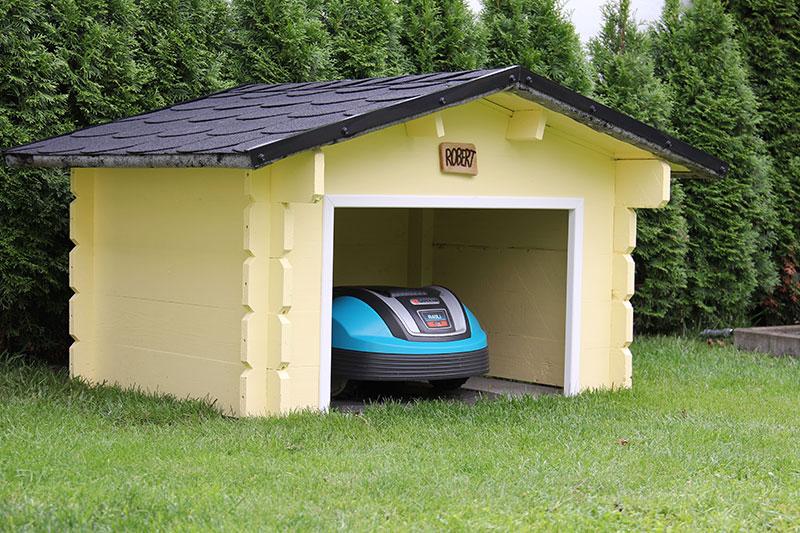 Die Dachschindeln lassen die Garage gleich noch etwas eleganter wirken